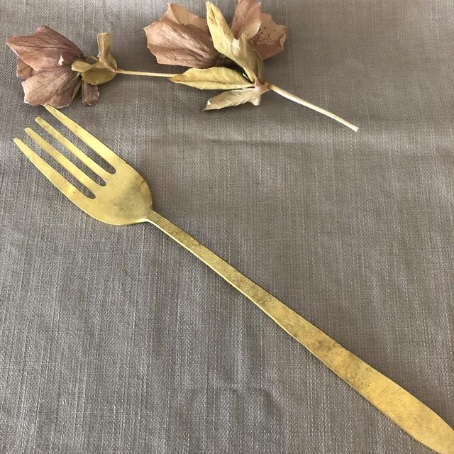 守田詠美「真鍮のテーブルフォーク」