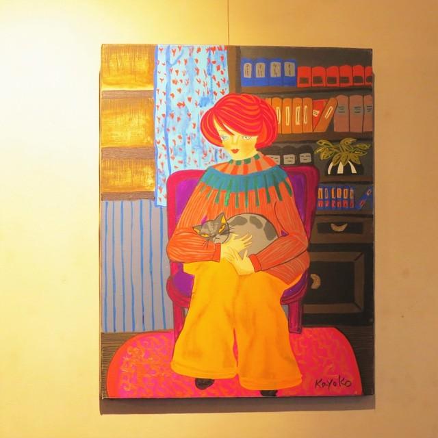 読書部屋で猫を抱える女