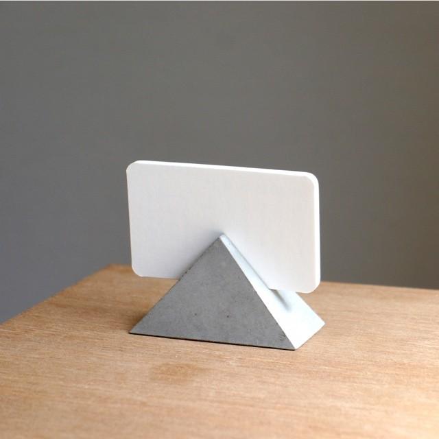 セメントピラミッドカードスタンド