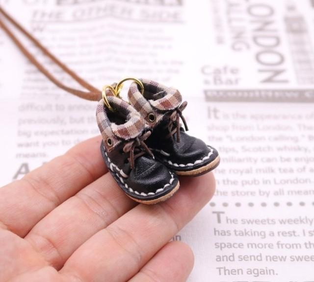 小さな革ブーツのネックレス|ブラック裏地付