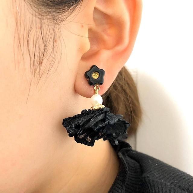 小花トップとギャザータッセルの耳飾り