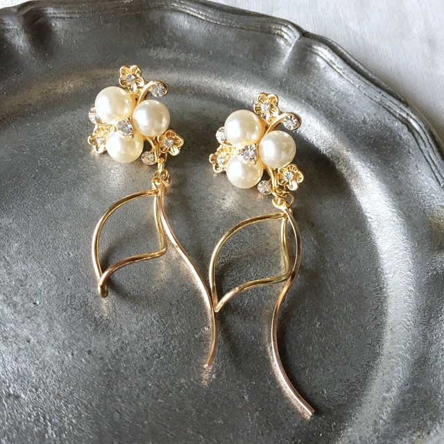 Gold pearl flower with waving earrings