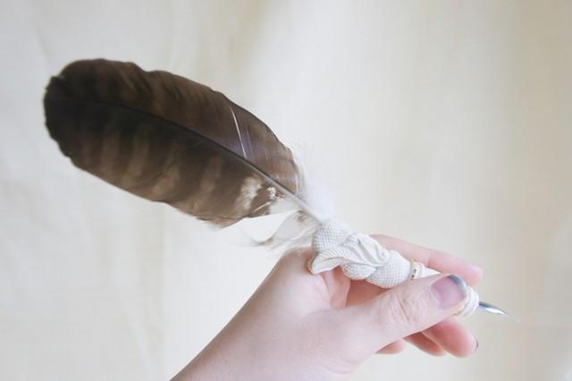 鹿角彫刻のペン軸(鳶の羽根)