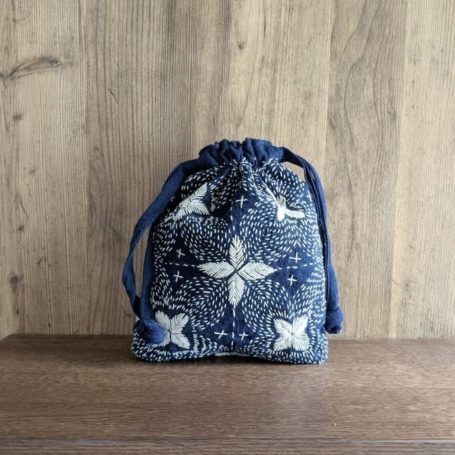 チェンマイ 藍染め刺し子の巾着ポーチ 花柄