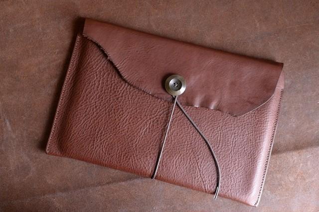 ブラウンの革のiPadケース
