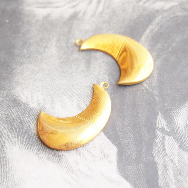ヴィンテージ 真鍮の大きな月のチャーム(1コ)