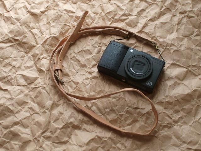 ヌメ革のカメラストラップ
