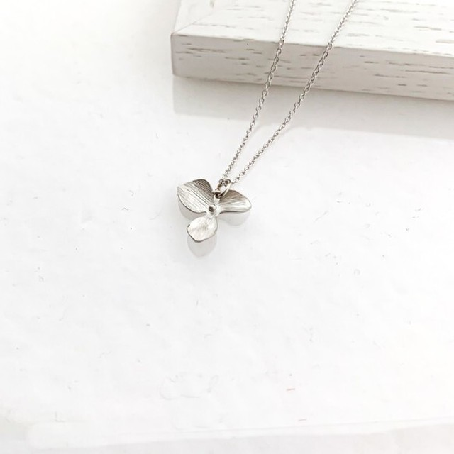Matt silver flower Necklace
