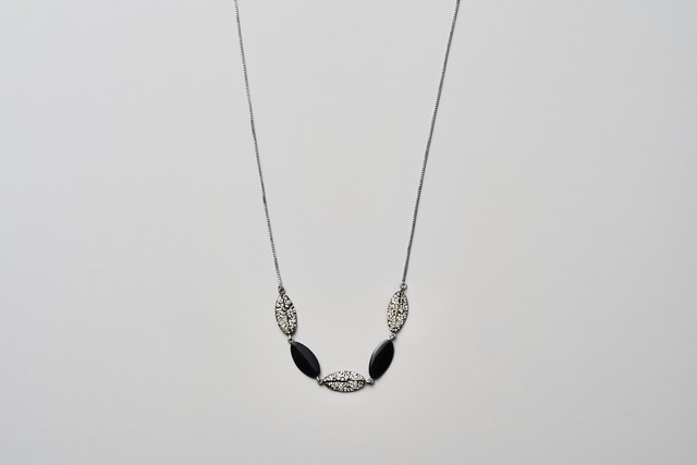 Silver950 葉っぱ ネックレスwhite & black / Silver necklace - white & black leaf