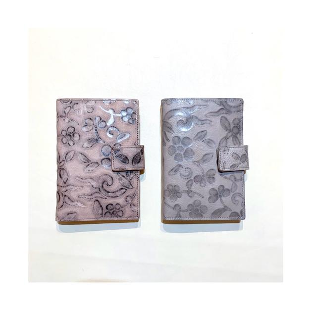 B.stuff 型押しカードケース 4116R10 ビースタッフ 花柄 カードケース メタリック 革小物