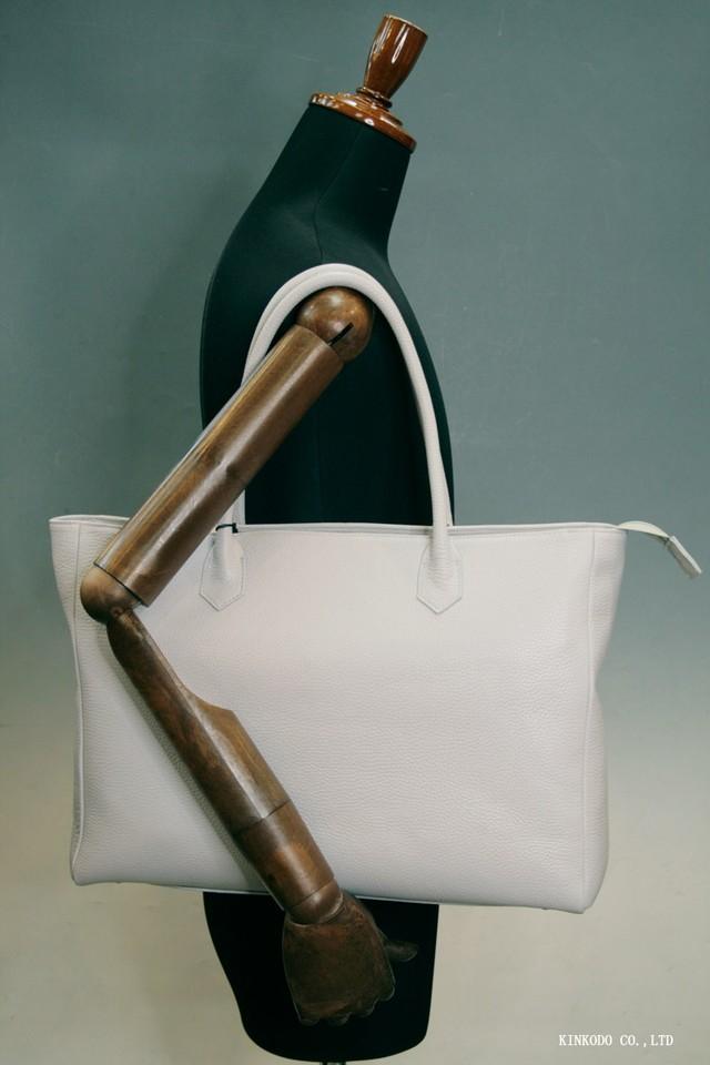 イタリアンレザーの明るいグレーのしぼ革を使った自立型の日本製のトートバッグ裏地はレンガ色