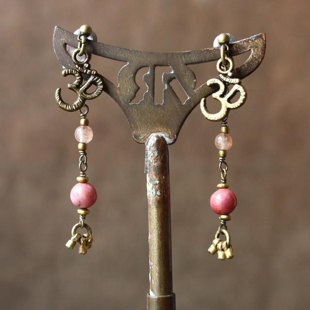 swingピアス -rhodonite × strawberry quartz-