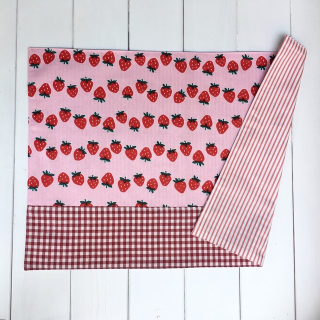 ランチョンマット(小学生向き大サイズ) ピンクいちご柄×赤ギンガムチェック  35×50