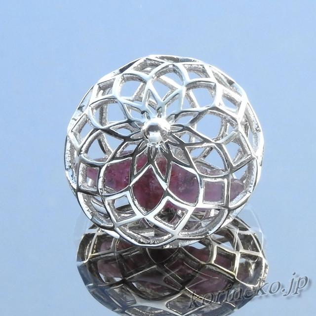 【StoneCage】ストーンケージ。大きなピンクサファイア結晶を抱いた、手毬風ネックレス
