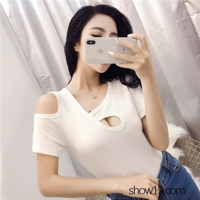 【トップス】フェミニンオープンショルダー不規則Tシャツ22061449