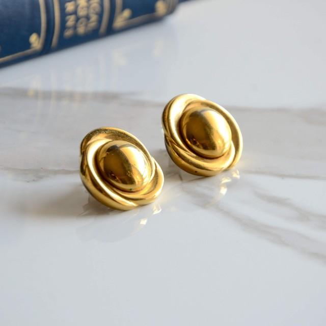 クリスタルと螺旋の美しいピアス
