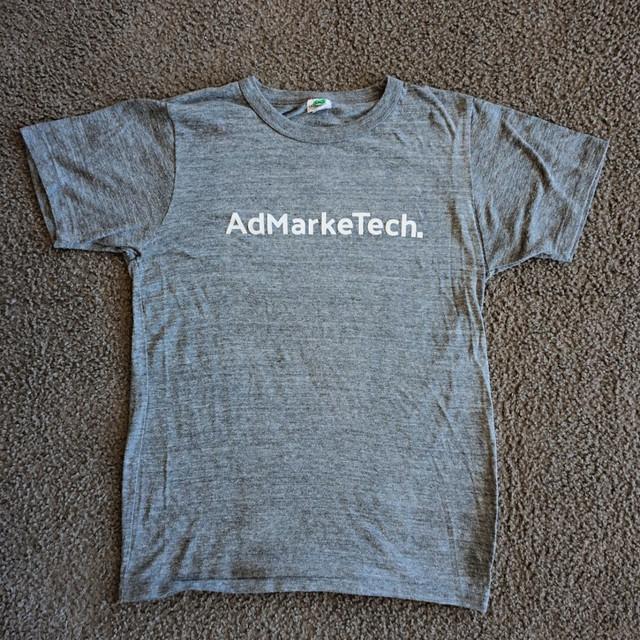 AdMarkeTechロゴ グレーTシャツ【白プリント】