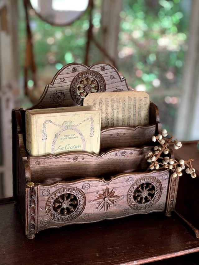 焦げ茶 3段レターラック 木彫り 舵 花模様