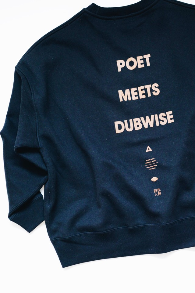 【POET MEETS DUBWISE(ポエトミーツダブワイズ)】 POET MEETS DUBWISE LOGO OVERSIZED SWEAT
