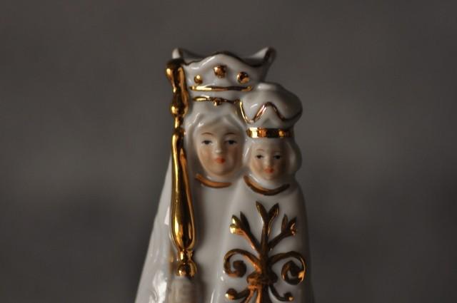 白い聖母子像