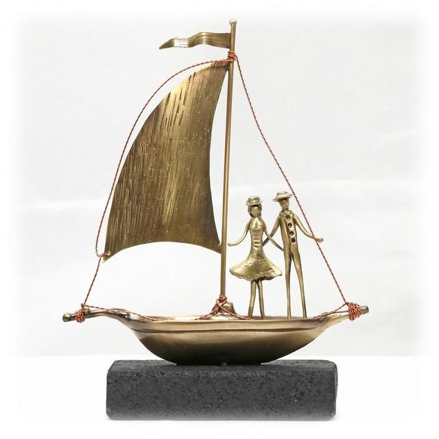 フィギュア(F4) 「ヨットと男と女」16×12×4 cm