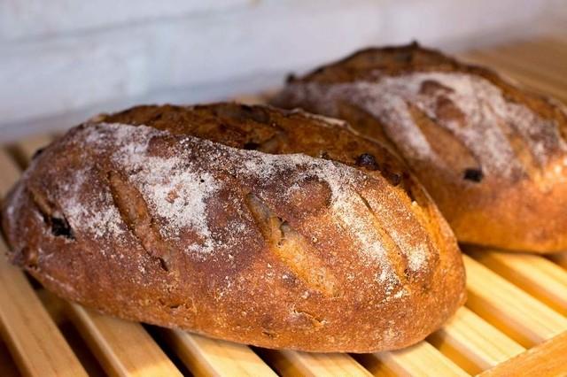 オーガニック全粒粉のドライフルーツとナッツのパン
