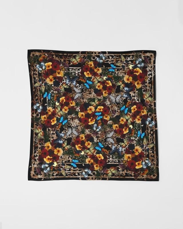 牡丹家紋装飾黒 サテンスカーフ 90㎝×90㎝