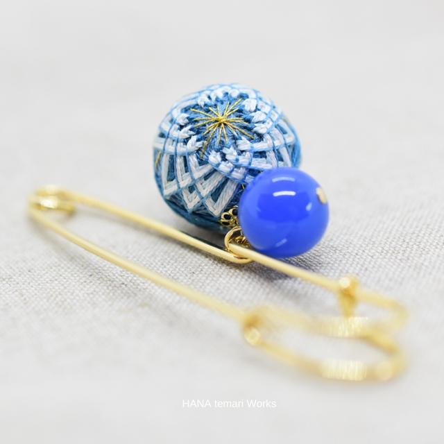 和の彩「千草色」の手まりピンブローチ