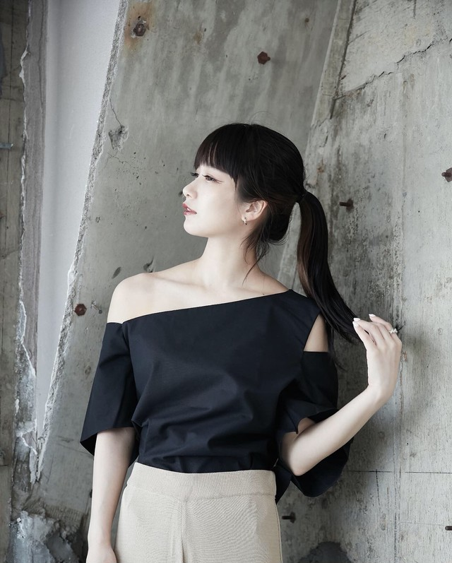 ONE SHOULDER HOLLOW TOPS(BLACK / WHITE)