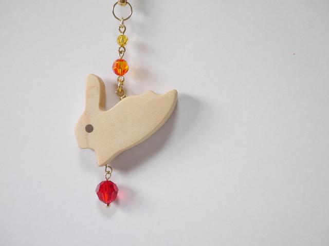 【Y-24】木製うさぎの帯飾り《紅(くれない)》