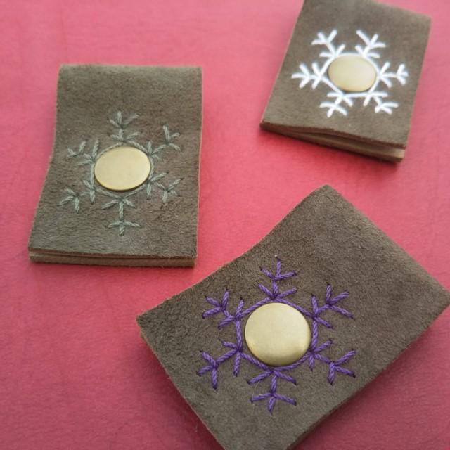 【KA-wa nui】シンプルな革のコードホルダー*雪の結晶3個セット