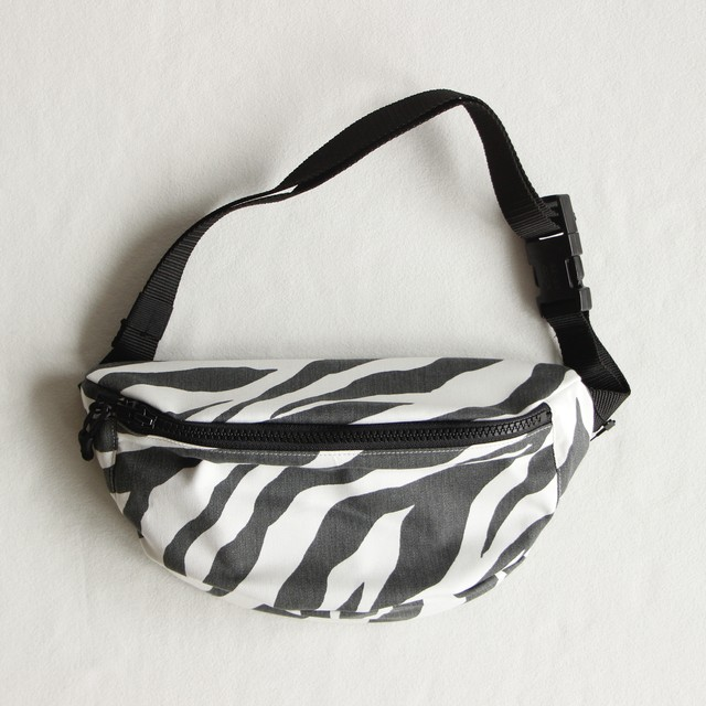 《eLfinFolk 2021SS》zebra body bag / white