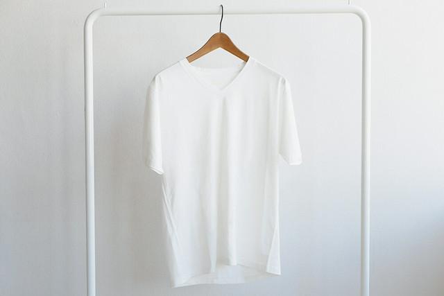 ベットの上でのんびりしたい日のVネックTシャツ