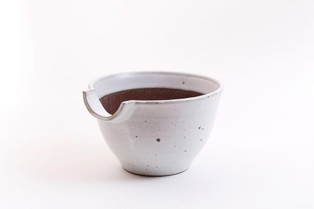 加藤智也さんの「KATAKUCHIさん」6寸(藁白・鉄黒)