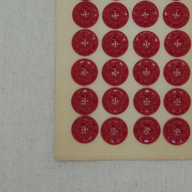つややかな赤色 波打つボタン