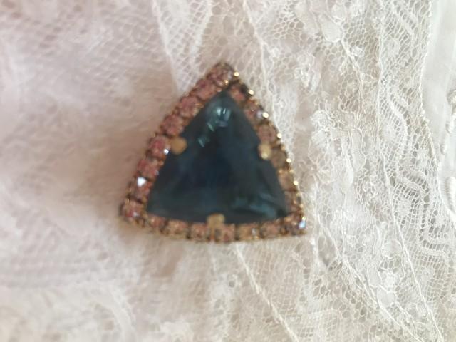 三角ブルーの石のブローチ