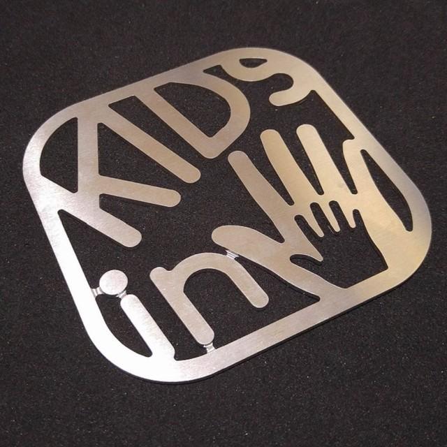 【KIDSサインプレート】 子供が乗っています / プレゼントとしてもおしゃれ