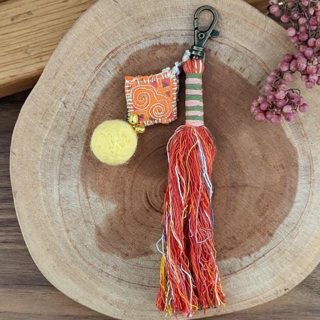 チェンマイ モン族古布の飾りがついたタッセルキーホルダー 赤