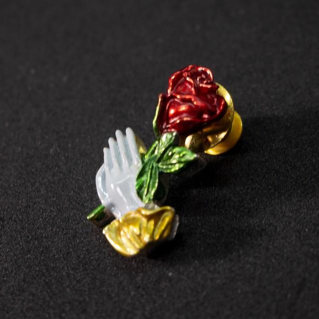 薔薇と祈りのブローチ