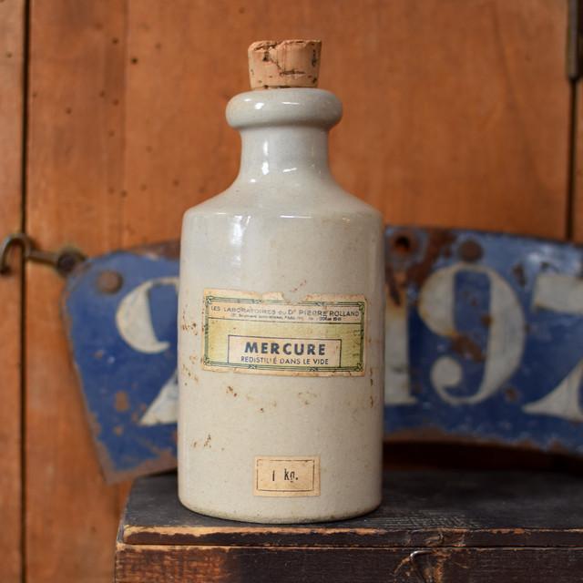 陶器の薬品ボトル