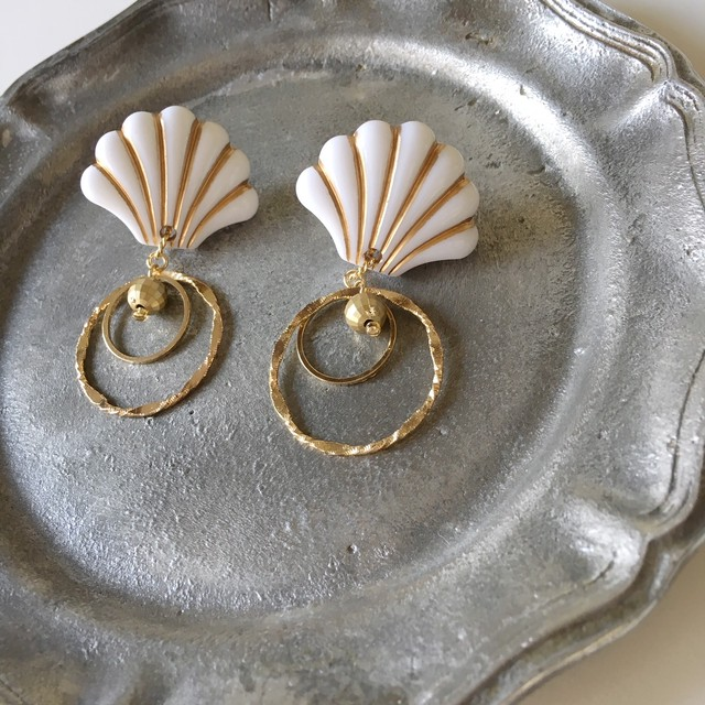 White and Gold Shellfish Beads Pierced earrings