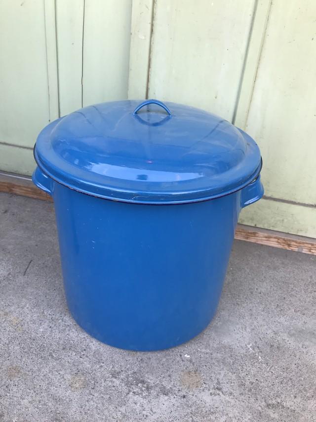 レトロ ブルーの蓋付きホウロウ缶
