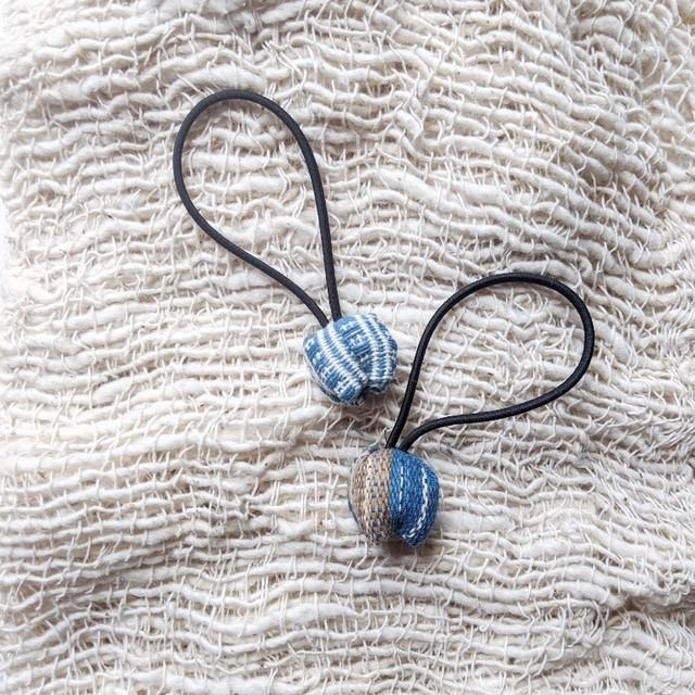 ◆出張中◆チェンマイ 手織り布で作ったポンポンつきヘアゴム ポンポン①