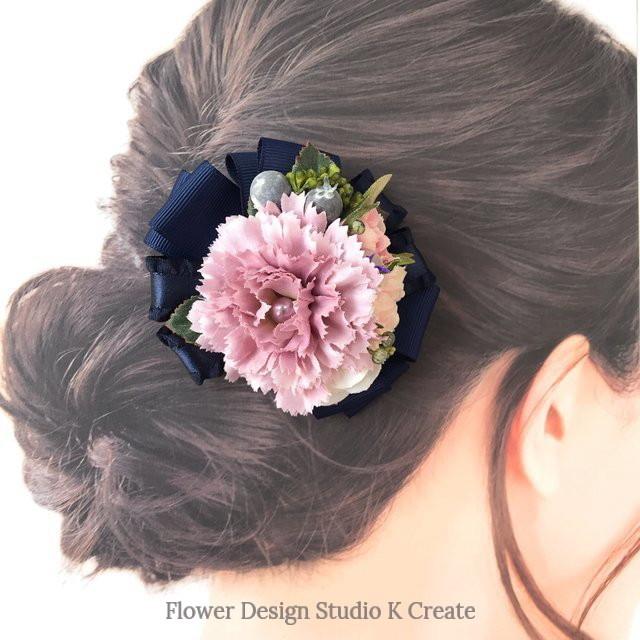 モーブピンクのカーネーションのヘアクリップ お出掛け 髪飾り カーネーション ネイビー リボン