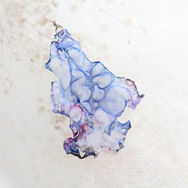 青色|染めオーガンジーの三角アートピアス