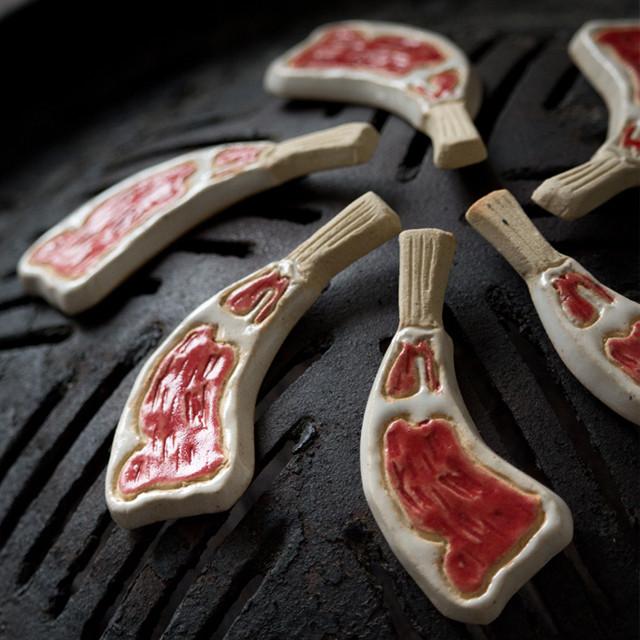 ブローチ 通販【 ラムチョップブローチ 】陶器のブローチ オリジナルデザイン <TCB-001>| てがみや つちのもの