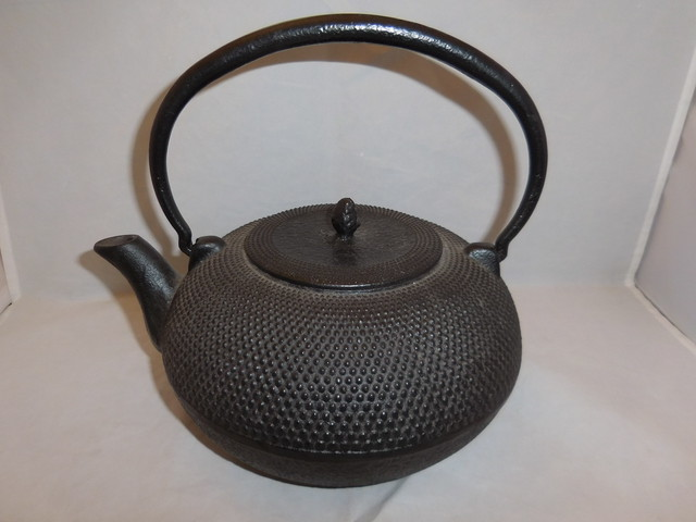 菊模様の鉄瓶 iron kettle(chrysanthemum)
