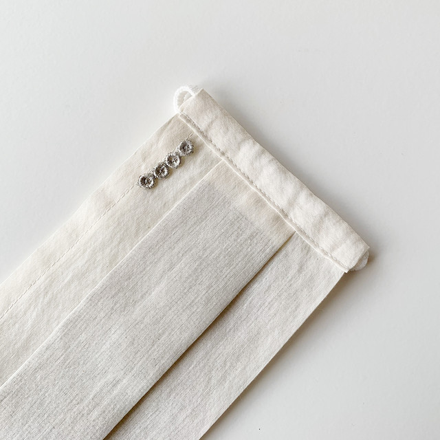 お出かけマスク、男性女性ともにおすすめ!プリーツマスク「プラチナ箔レース・まるまるラインP」医化学的繊維と銀の糸を使った抗菌防臭