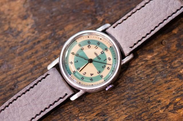 配色の楽しさを主役にしたモダンな雰囲気を持つ腕時計(Ramo Mideum/店頭在庫品)