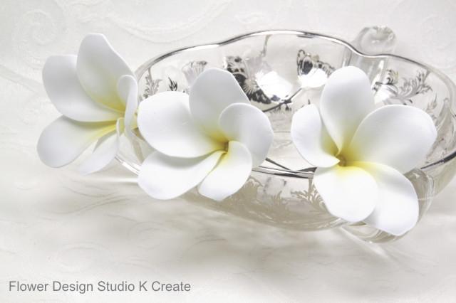 ウェディング&フラダンスに♡プルメリアのUピン(WH) アーティフィシャルフラワー 造花 ハワイ 海外挙式 髪飾り 浴衣